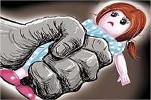3 साल की बच्ची को सौतेले पिता ने बेरहमी से पीटा व चिमटे से...
