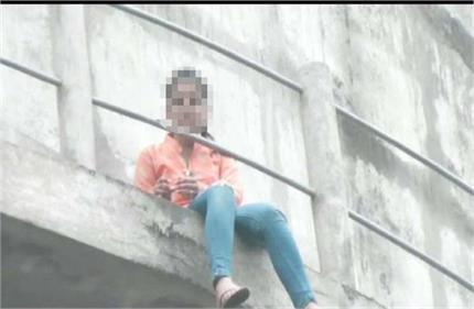 मोबाइल पर बात करते हुए पानी की टंकी से कूदने पर छात्रा की मौत