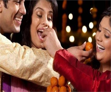 त्यौहार के दौरान यूं रखें सेहत का ध्यान, मिठाई के साथ-साथ खाएं ये भी...