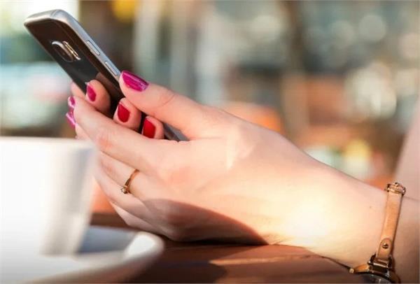 अधिक स्मार्टफोन के उपयोग होने से महिलाओं की गर्दन में आ रही अकड़न: शोध