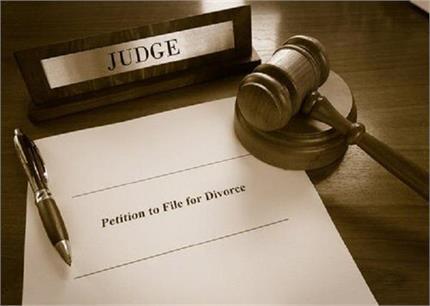 अजब-गजब: शादी की रात पत्नी ने कह दी ऐसी बात की तलाक लेने कोर्ट पहुंचा...