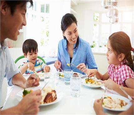 डिनर टेबल पर बच्चों से कहीं गई ये 5 बातें, डालती हैं उनके मन पर गहरा...