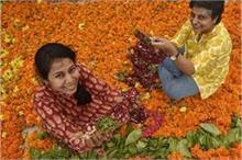 दो सहेलियों का अनोखा स्टार्टअप, मंदिरों से फूल इकट्ठा कर...