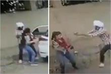 Shocking! लड़की को जबरन कार में बैठा रहा था युवक, मना करने...