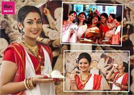 Bengal Tradition: दुर्गा पूजा पर महिलाएं क्यों पहनती हैं...