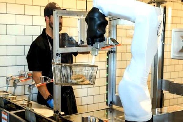रेस्टोरेंट के काम में हाथ बटाने के लिए तैयार किया गया खास रोबोट, AI तकनीक पर करता है काम