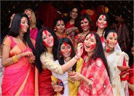 बंगाली रिवाजः दुर्गा पूजा पर महिलाएं खेलती हैं सिंदूर खेला,...