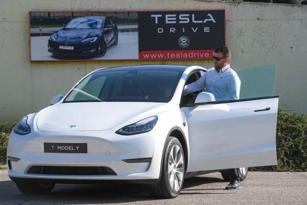 सॉफ्टवेयर अपडेट के जरिए बढ़ जाएगी Tesla Model Y की रेंज, फिर एक चार्ज में तय करेगी इतने किलोमीटर