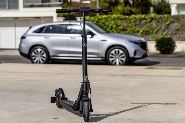 कम दूरी का सफर तय करने के लिए Mercedes ने बनाया शानदार eScooter