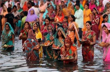 Corona Risk: मुंबई-दिल्ली में लगी छठ पूजा पर रोक, नदी-तलाब पर जमा...
