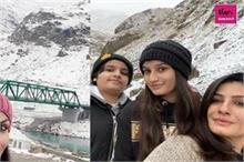 हिमाचल की बर्फीली वादियों में बच्चों संग एन्जॉय कर रहीं...