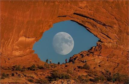 Wow! इस फोटोग्राफर ने खींची सबसे यूनिक फोटो, आंख की तरह दिखा चांद