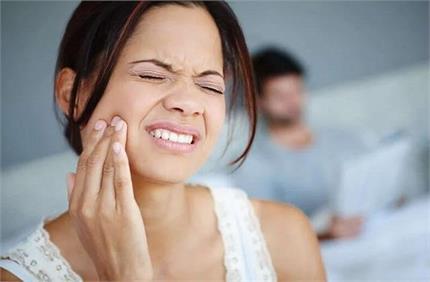 क्या आपके दांतों में होती है तेज झनझनाहट? काम आएंगे ये घरेलू उपाय!