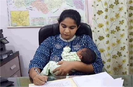नन्हीं सी बेटी हाथों में लिए ड्यूटी करने वाली IAS का हुआ तबादला, देश...