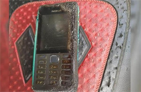 तकिये के नीचे रखे नोकिया फोन में लगी आग, व्यक्ति का हाथ और कंधा जला