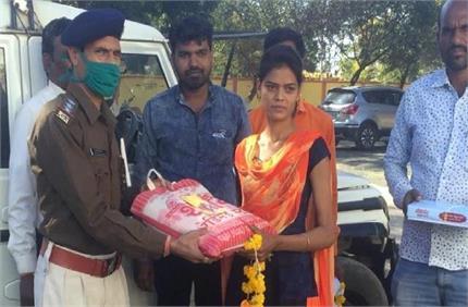 ईमानदारी को सलाम! लड़की को मिला नोटों से भरा बैग, पुलिस को लौटाकर पेश...