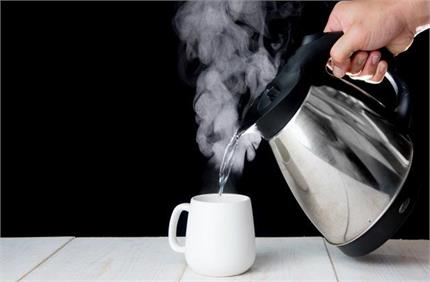 सावधान! अधिक मात्रा में गर्म पानी पीने से होते हैं 4 भारी नुकसान