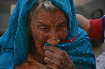 शर्मनाक! सड़क किनारे रोती रही बेसहारा सास, कलयुगी बहू ने बिस्तर समेत...