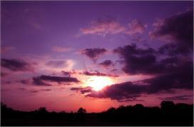 इस देश में देर रात बैंगनी दिखता है आसमान, जानिए वजह