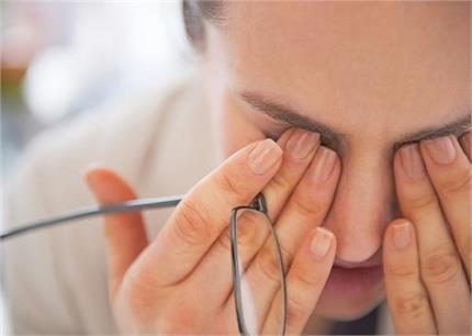 दिखाई दें ये 3 संकेत तो तुरंत करवाएं Eye Checkup