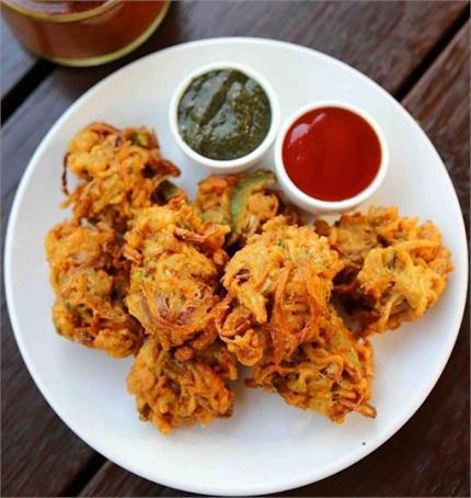 आलू-गोभी नहीं, बनाकर खाएं गर्मा-गर्म मैगी पकौड़ा