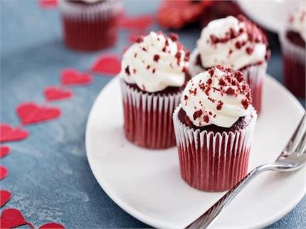 बच्चों की पार्टी के लिए तैयार करें रेड वेलवेट कप केक