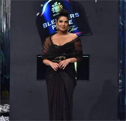 ब्लैक ड्रेस और स्टाइलिश हेयरडो में खूबसूरत नजर आईं देसी गर्ल