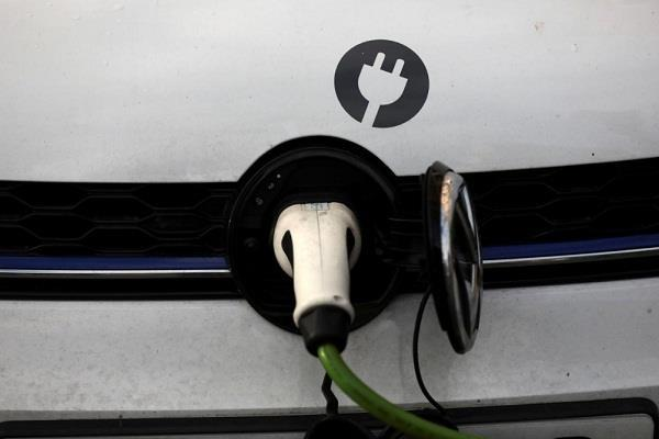 ब्रिटेन 2035 से बंद कर सकती है पेट्रोल, डीजल और हाईब्रिड कारें