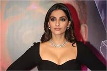 ब्लैक ड्रेस में दिखा Fashion Diva सोनम कपूर का कहर