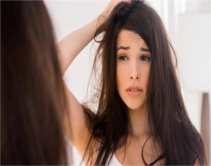बालों की फ्रिज़ीनेस को दूर करने के लिए अपनाएं ये आसान से टिप्स