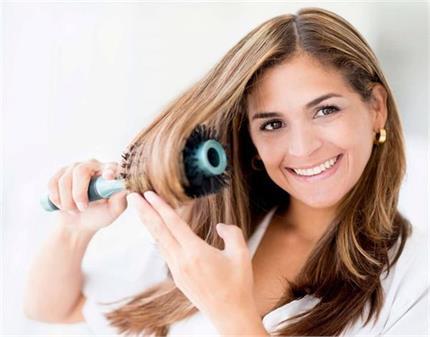 बाउंसी और स्टाइलिश बालों के लिए यूं करें राउंड ब्रश का इस्तेमाल