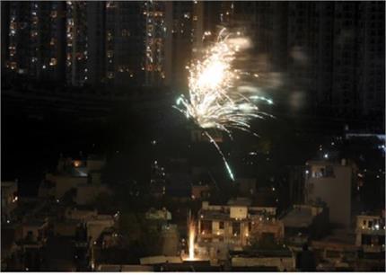अपील के बीच कुछ लोगों ने दिखाई बेवकूफी ,पटाखें जलाकर हवा में घोला जहर