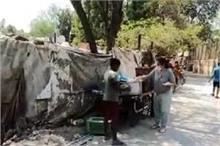 Lockdown: जरूरतमंदों को खाना बांट रही है अर्चना पूरन सिंह,...