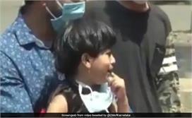 इमोशनल पल! दूर खड़ी देखते रही पर नहीं पोंछ पाई बेटी के आंसू