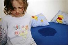 बच्चा बिस्तर गीला करता है तो अपनाएं ये नुस्खे