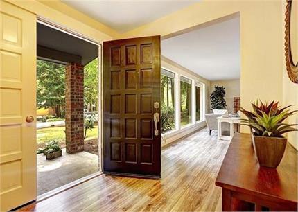 घर को बुरी नजर से बचाएगी प्रवेश द्वार पर लगाई ये 5 चीजें