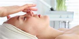 एक्ने-झुर्रियों की छुट्टी करेगी Spoon Massage, जानिए सही...