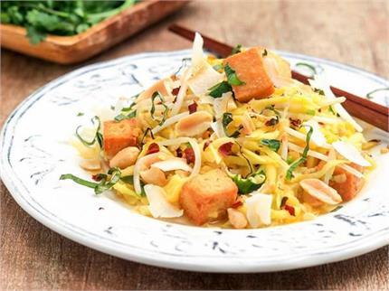 सिंपल सलाद खाकर हो चुके हैं बोर तो ट्राई करें Raw Mango Salad