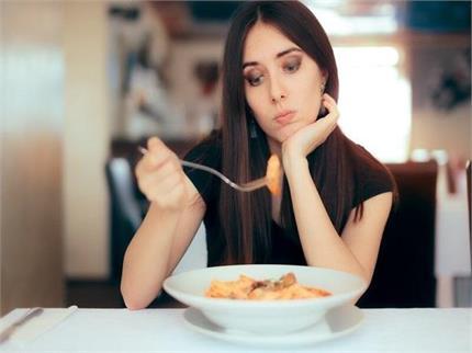 उदास मन की वजह से नहीं लगती भूख तो पानी से निकालें हल