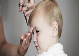 पहली बार बच्चे के बाल कटवाते समय ध्यान में रखें ये बातें