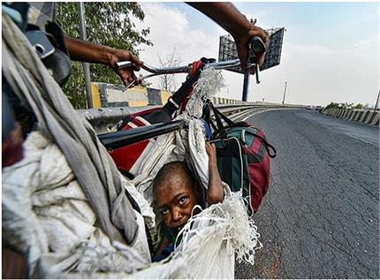 मजबूर पिताः साइकिल में टंगा बोरा और बोरे में झांकती मासूम बेटी की...
