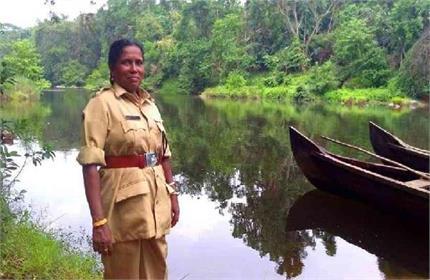 आदिवासियों के लिए मसीहा बनी वन अधिकारी महिला, बनवाए 500 टॉयलेट