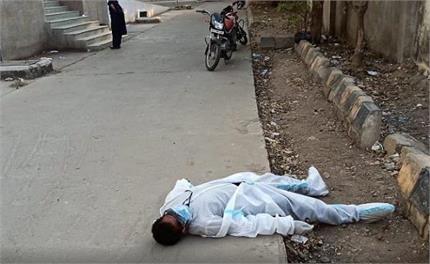 गश खाकर सड़क पर गिरा एंबुलेंस का स्टाफ, नहीं लगाया किसी ने हाथ