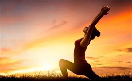सूर्य नमस्कार करके उम्र भर दिखें जवां, 15 दिन में कम होगा वजन