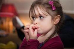 बच्चों को गंभीर बीमारियां दे सकती है नाखून चबाने की आदत, जानें छुड़वाने के उपाय