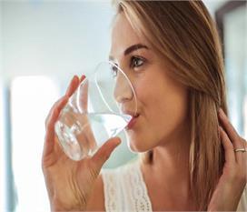 उम्र के हिसाब से जानें रोजाना कितना पानी पीना जरूरी