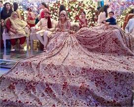 Real Bride: 1 नहीं 2 नहीं, 100 किलो का लहंगा पहन स्टेज पर...
