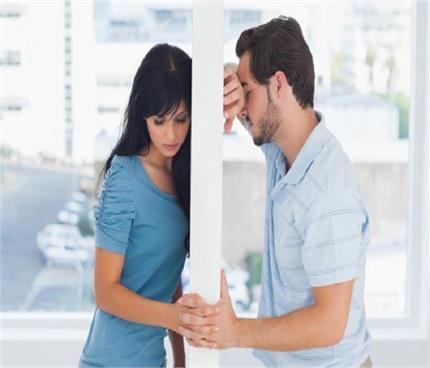 इन कारणों से आती है रिश्ते में खटास, यूं लाएं रिश्ते में सुधार