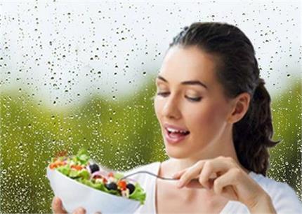आयुर्वेद डाइट: मानसून में क्या खाएं और किन चीजों से रखें परहेज