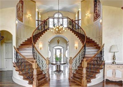 Vastu Tips: कलह कलेश की वजह बनती है गलत दिशा में बनी सीढ़ियां